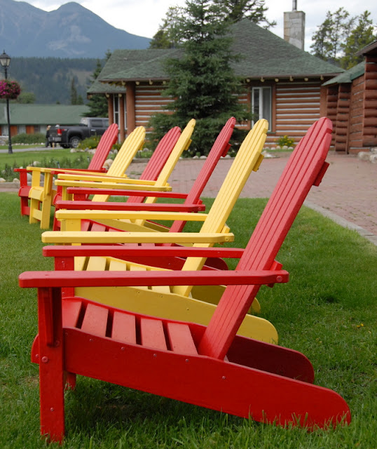 A row of lawn chairs sitting on top of a wooden bench