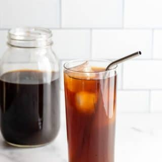 Cold Brew coffee in a jug and mixed in a glass with ice (title image)
