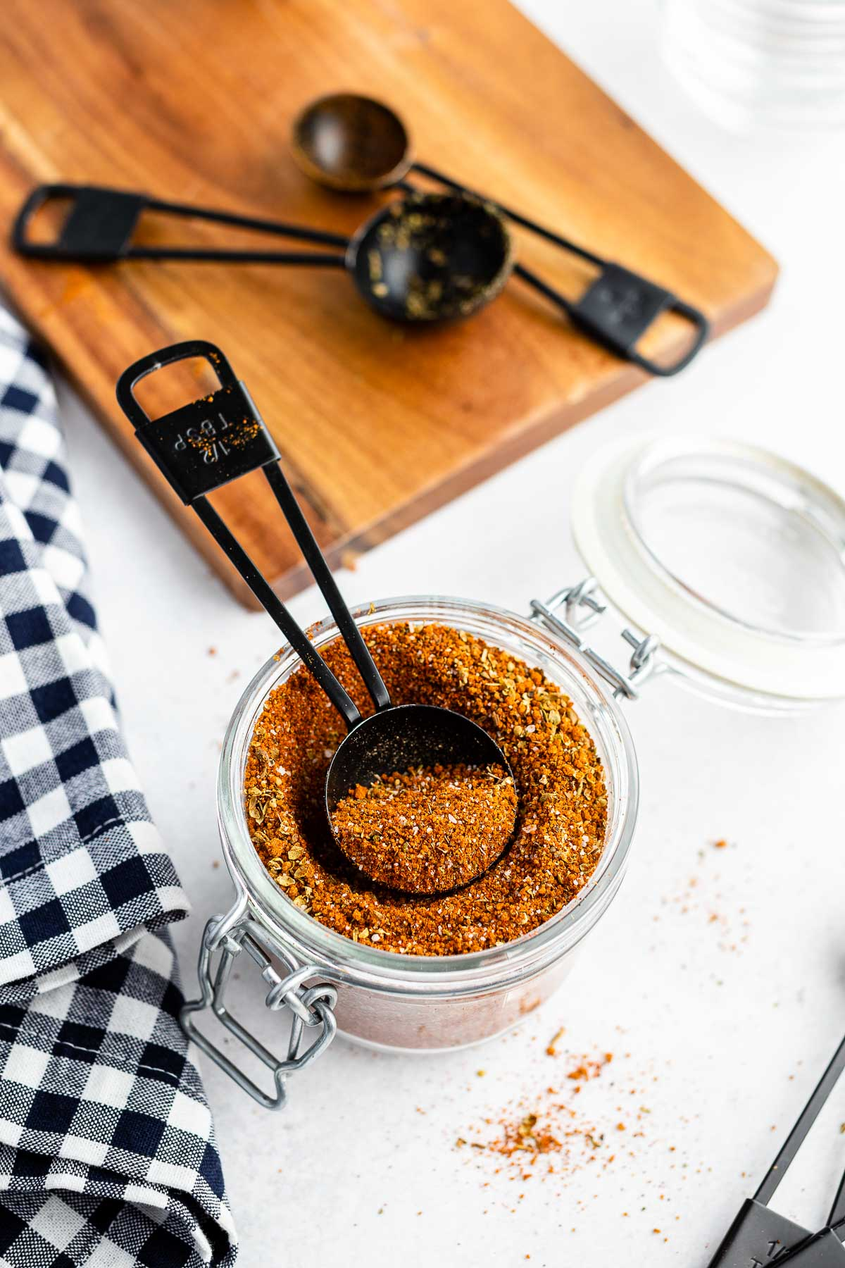 measuring spoon of dry rub for ribs in jar